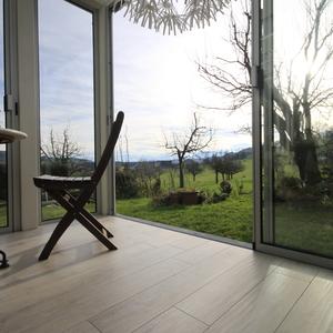 Holzimitat: pflegeleichter Plattenbelag mit warmer Holzoptik